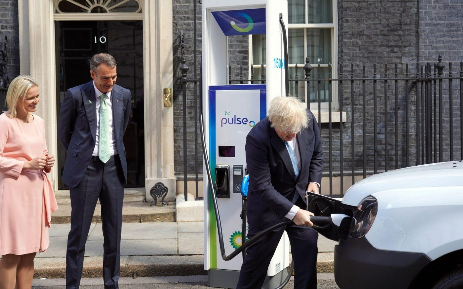Prime Minister Boris Johnson using a BP Pulse chargepoint. Image: BP.